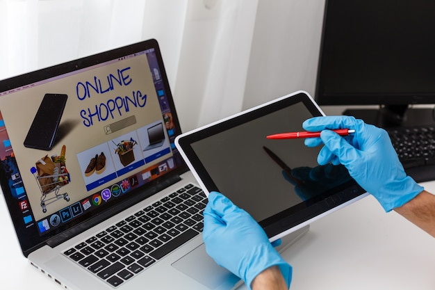 Online-shopping während der quarantänezeit. bleiben sie zu hause und kaufen sie während der selbstisolation ein, während sie krank sind
