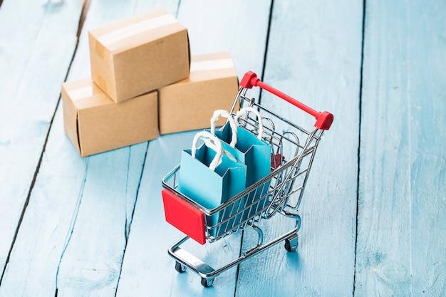 Online-shopping zu hause concept.online shopping ist eine form des elektronischen handels, mit der verbraucher waren direkt von einem verkäufer über das internet kaufen können