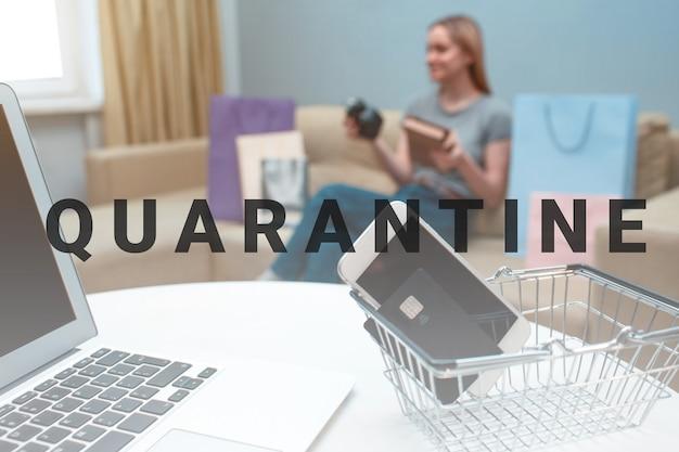 Online-shopping zu hause. kreditkarte, smartphone und laptop auf dem hintergrund einer glücklichen frau mit kauf