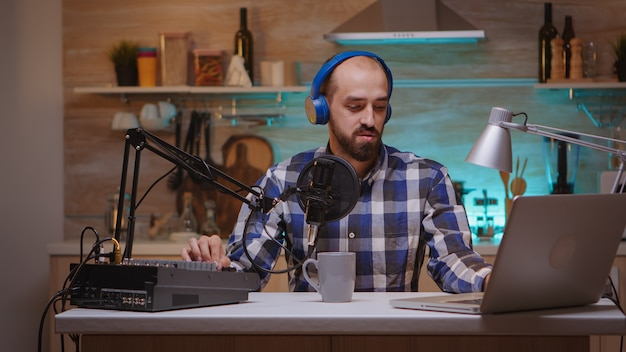 Online-show von influencern, die professionelles mikrofon sprechen. kreative online-show on-air-produktion internet-broadcast-host-streaming von live-inhalten, aufzeichnung digitaler social-media-kommunikation