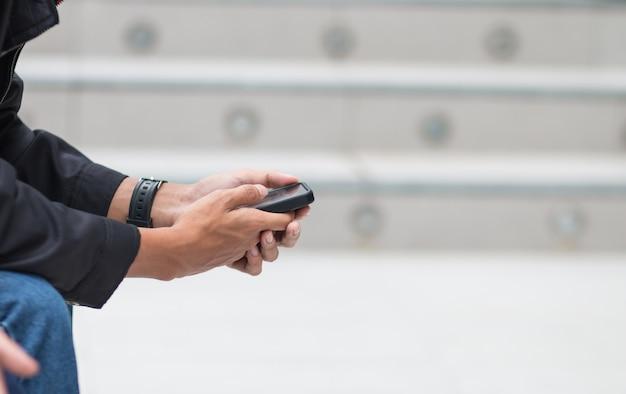 Online suchen soziale netzwerke von smartphone-konzept: geschäftsmann hält mit online