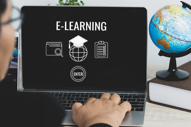 Online-tutorial, schulung, e-learning-konzept. erwachsene asiatische studenten lernen fernunterricht auf computer-laptop mit dokument, symbol für globale abschlusskappe, ideen für ein auslandsstudium in online-kursen