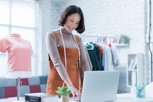 Online-verkäufe beantworten die fragen der kunden über ihre laptops