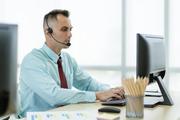 Online-vertriebsmitarbeiter mit kaukasischer ethnischer zugehörigkeit, der einen videoanruf mit einem kunden im bürovideo oder einem teleberater tätigt