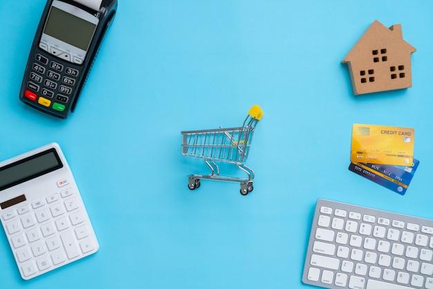 Online-zahlung mit draufsicht des einkaufswagens