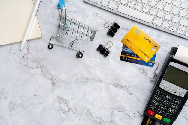 Online-zahlungs-konzept mit draufsicht des warenkorbes