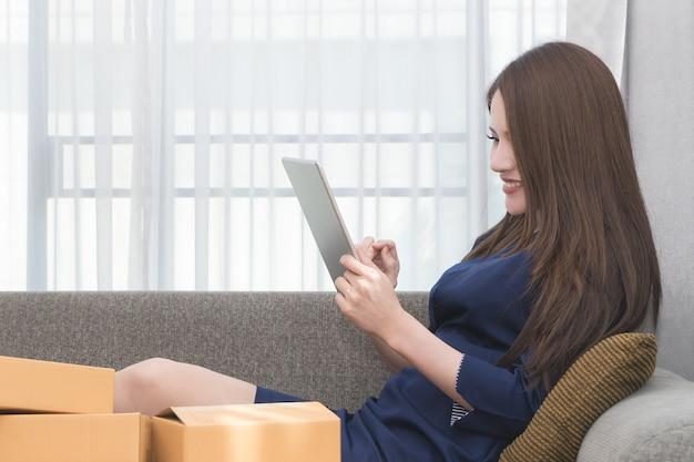Onlinegeschäftseigentümer überprüft bestellung auf tablette