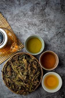 Oolong grüner tee in einer teekanne und einer schüssel.