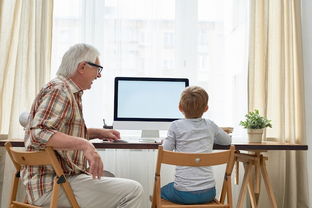 Opa hilft jungen bei den hausaufgaben