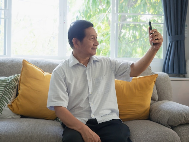 Opa ist selfie per telefon