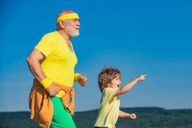 Opa und enkel, die im parkalter draußen laufen, sind keine entschuldigung, um ihre gesundheit beim laufen im par...