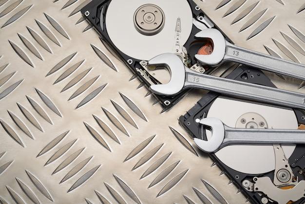 Open-end-schraubenschlüssel und festplattenlaufwerk auf metallplatte