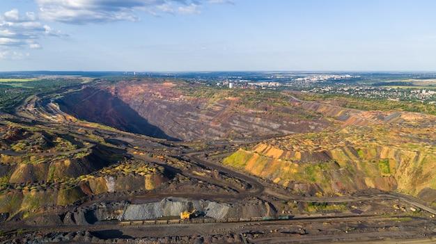 Open pit eisenerz-steinbruch panorama industrielandschaft luftbild.