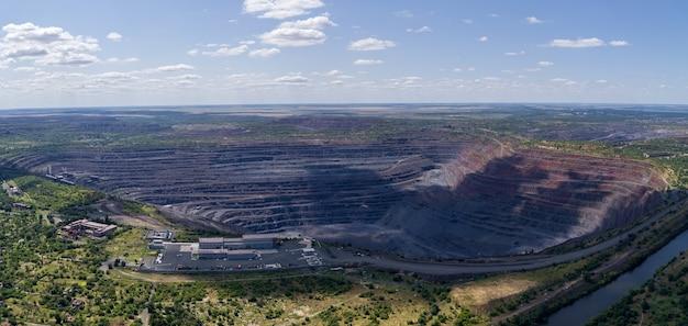 Open pit eisenerz-steinbruch panorama industrielandschaft luftpanoramablick.