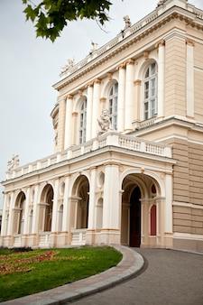 Opernhaus in odessa und wolkenhimmel im hintergrund