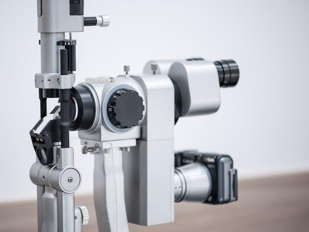 Ophthalmologisches mikroskop. moderne medizinische ausrüstung im augenkrankenhaus. medizinkonzept