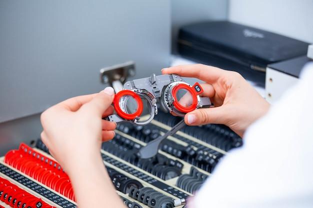 Optiker, der linsen für versuchsbrillen wählt