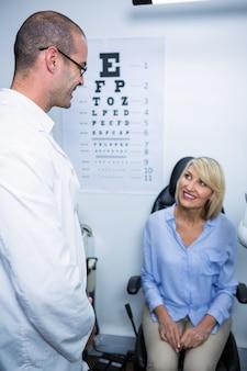 Optiker interagiert mit patientin