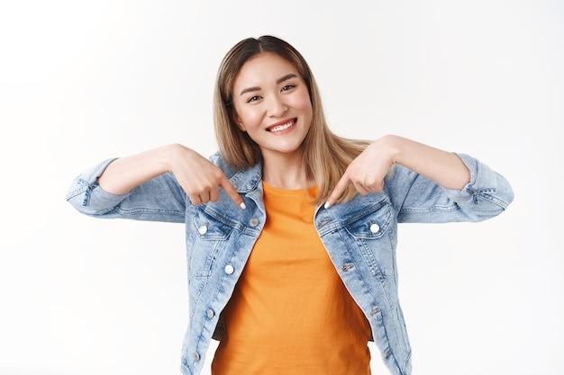 Optimistische, enthusiastische, gut aussehende, stolze asiatische freundin, die ihre eigenen beruflichen fähigkeiten fördert