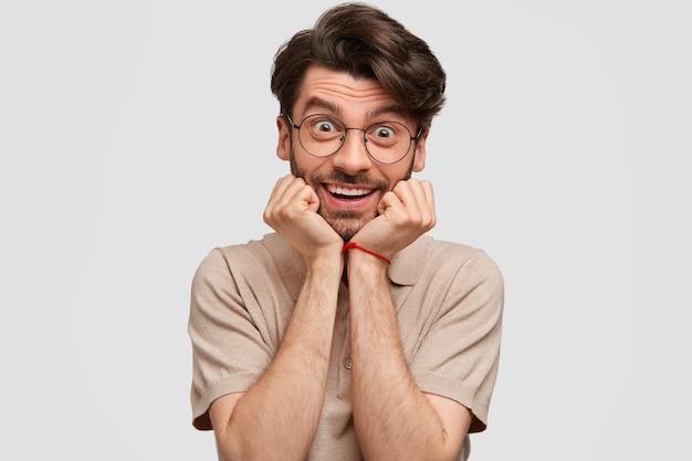 Optimistischer bärtiger mann mit fröhlichem ausdruck