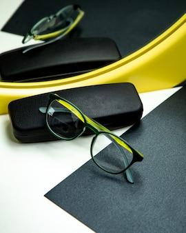 Optische brille auf dem tisch