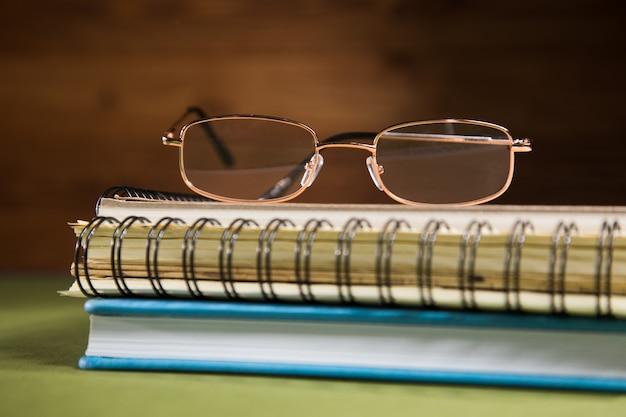 Optische brille auf notebooks auf grünem tisch