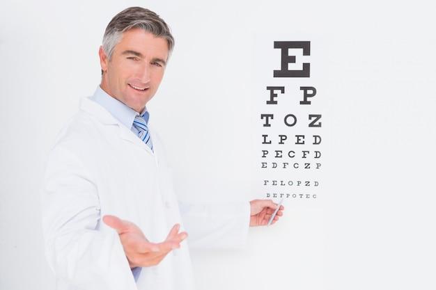 Optometriker, der kamera betrachtet