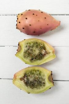 Opuntie-ficus-indica-kaktus trägt auf einem weißen hintergrund früchte