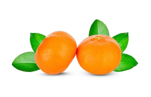Orang-frucht-isolat. orange mit blättern lokalisiert auf weiß.