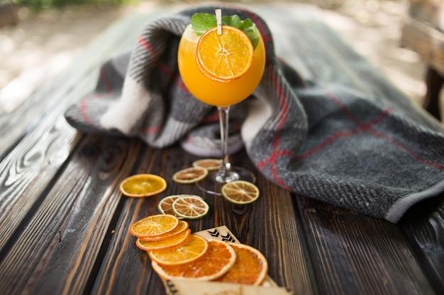 Orange alkoholischer cocktail