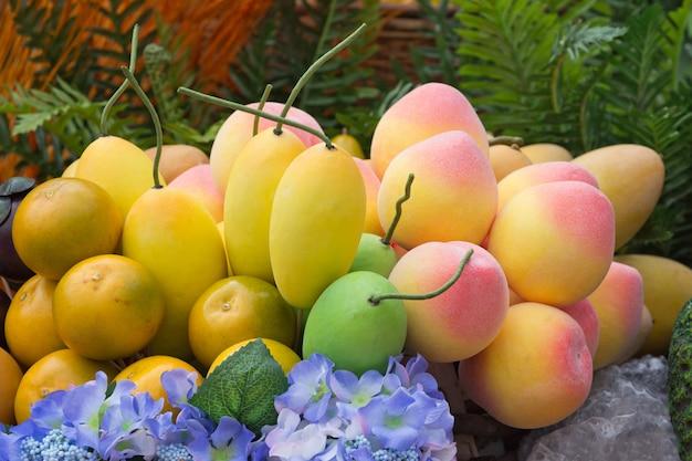 Orange, apfel, mango, künstliche frucht für show.