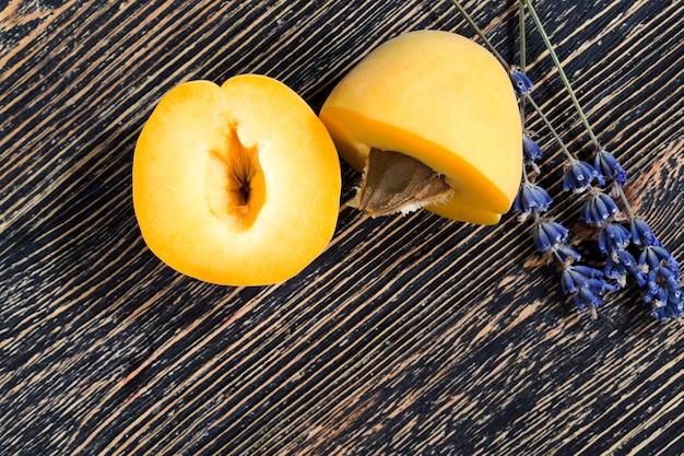 Orange aprikosen mit lavendelpflanze