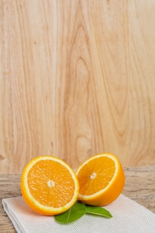 Orange auf dem holzboden.