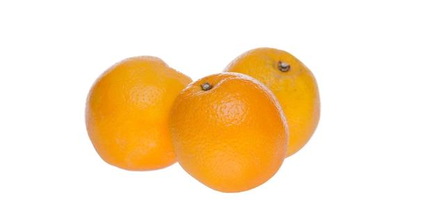 Orange auf weißem hintergrund im studio lokalisiert. leckere sommererfrischung