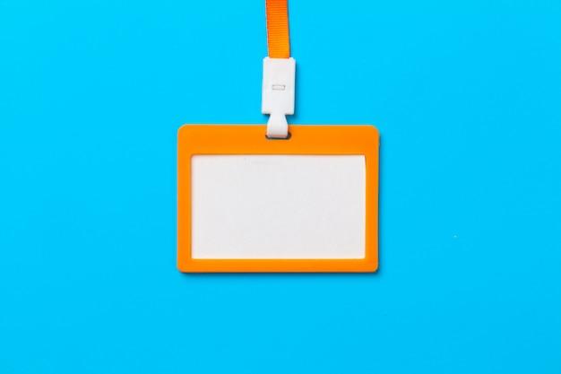 Orange ausweis mit kopienraum auf blauem papier
