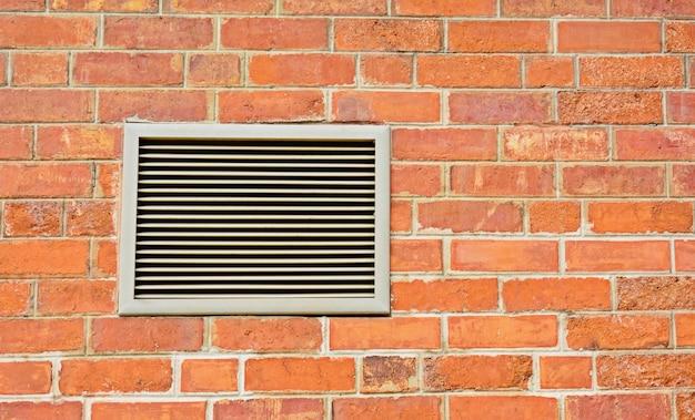 Orange backsteinmauer und ventilator - nahaufnahme