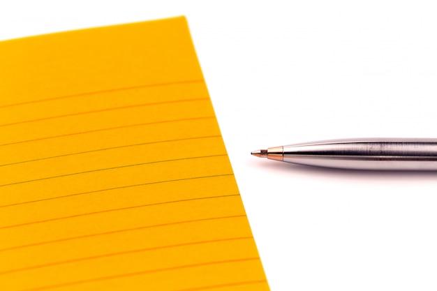 Orange blatt papier, stift und leerer platz für ihren text