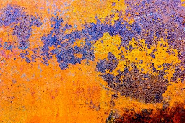 Orange blauer farbpinsel auf der stahlplatte rostig und rau für hintergrund