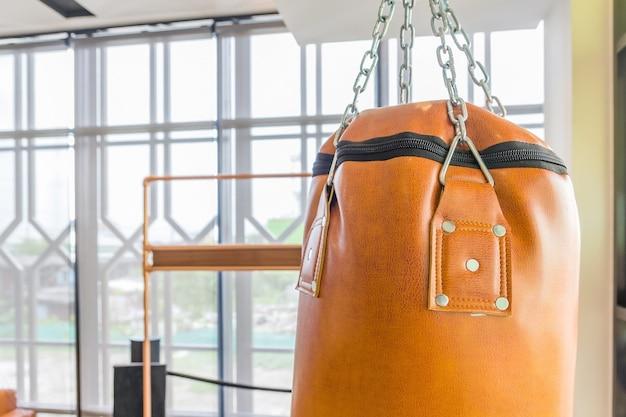 Orange boxsack für boxtraining in einer turnhalle