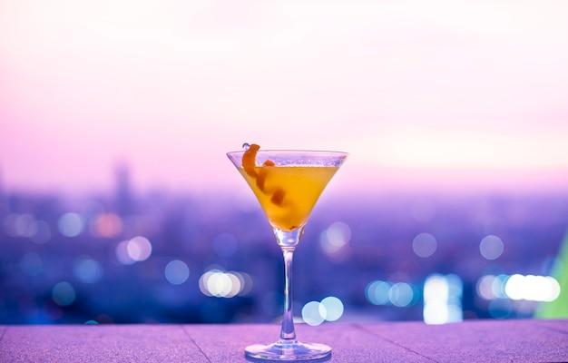 Orange cocktail auf einer dachspitze