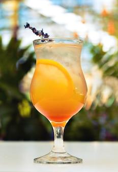 Orange cocktail im hohen kugelglas