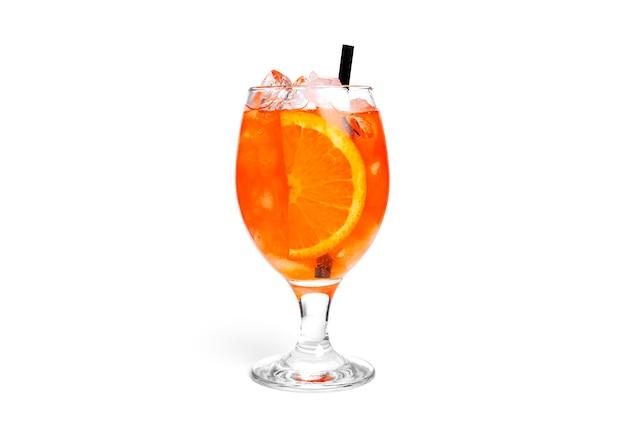 Orange cocktail lokalisiert auf einem weißen hintergrund