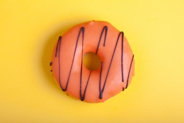 Orange donut mit zuckerguss.