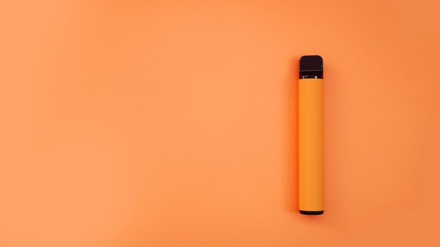 Orange elektronische wegwerfzigarette auf hellem hintergrund. orange, mango oder tropischer geschmack. katalogmodell