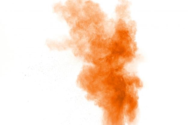 Orange farbpulver-explosionswolke auf weiß.