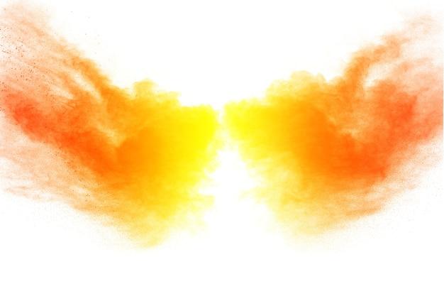 Orange farbpulverexplosion auf weißem hintergrund.