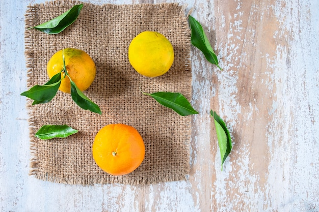 Orange frucht auf holztisch