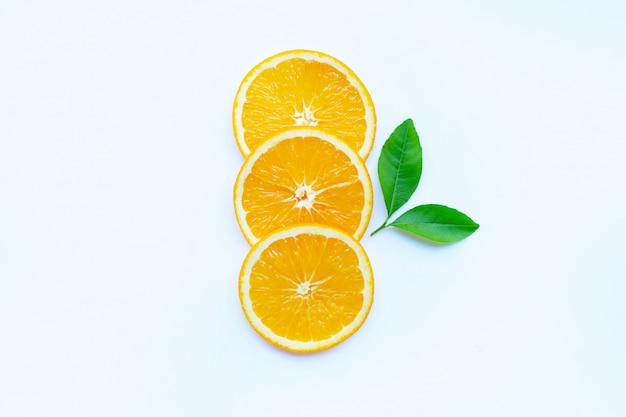 Orange fruchtscheiben auf weiß.