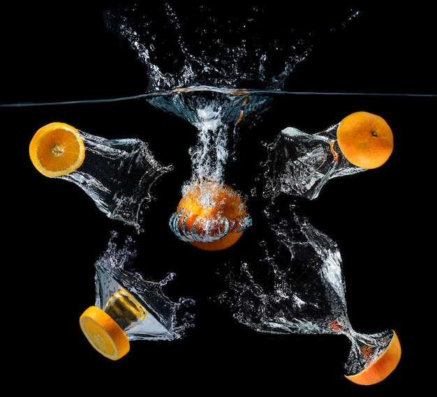 Orange früchte der fallenden scheibe des wassers.