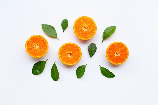 Orange früchte mit blättern auf weißem hintergrund.